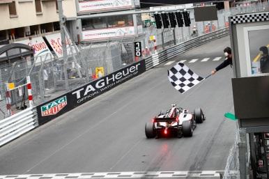 Vencedor da corrida, Nyck De Vries (NLD, ART GRAND PRIX) cruza a linha de chegada. Etapa Mônaco em Monte Carlo, em 24 de Maio de 2019, Mônaco (Foto por Joe Portlock / LAT Images / FIA F2 Championship©)