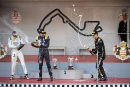 Festa no pódio em Monte Carlo: Guanyu Zhou (CHN, UNI VIRTUOSI) em terceiro lugar, Anthoine Hubert (FRA, BWT ARDEN) em primeiro e Louis Delétraz (CH, CARLIN) em segundo. Em 25 de Maio de 2019 em Monte Carlo, Mônaco (Foto por Joe Portlock / LAT Images / FIA F2 Championship©)