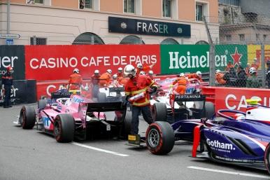 Anthoine Hubert (FRA, BWT ARDEN) e Sean Gelael (IDN,PREMA RACING) durante a bandeira vermelha. Na etapa Mônaco em Monte Carlo, em 24 de Maio de 2019, Mônaco (Foto por Glenn Dunbar / LAT Images / FIA F2 Championship©)