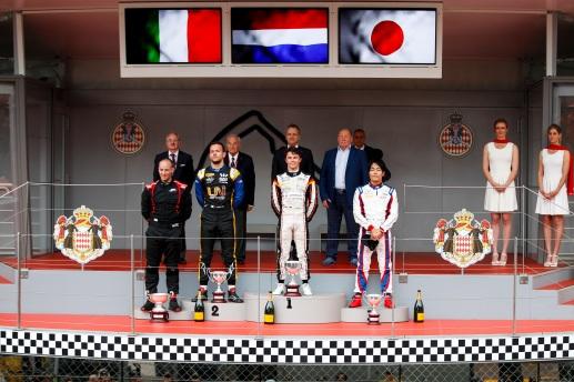 Luca Ghiotto (ITA, UNI VIRTUOSI), o vencedor Nyck De Vries (NLD, ART GRAND PRIX) e Nobuharu Matsushita (JPN, CARLIN) no pódio na etapa Mônaco em Monte Carlo, em 24 de Maio de 2019, Mônaco (Foto por Joe Portlock / LAT Images / FIA F2 Championship©)